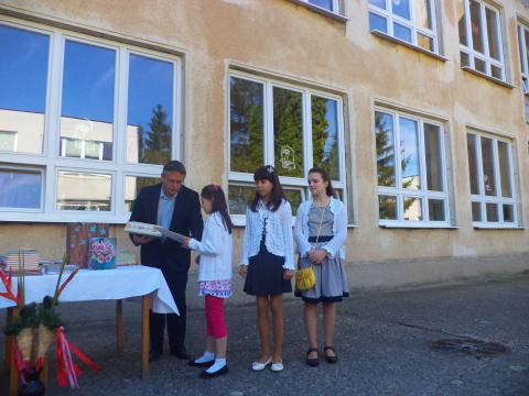 Szőgyéni diákok kaptak ajándékot Tatáról, testvérvárosukból