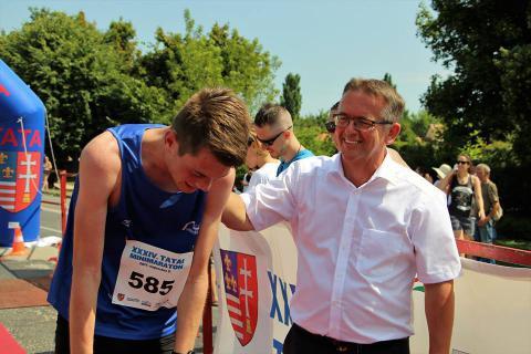 Tim Tesselaar alkmaari futó Tata polgármesterével