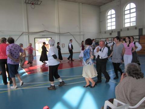 """Az életkor nem lehet akadály"""" – konferencia az aktív idősödésről és az ezt segítő intergenerációs kapcsolatokról Tatán"""
