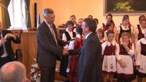 Szovátán Pro Urbe díjat kapott Tata polgármestere