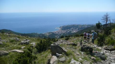 Tenger, hegyek, gulyásleves - tataiak Arenzanoban